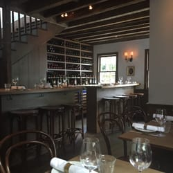 Chez Nous - Charleston, SC, États-Unis. This is the beautiful little wine bar and dining area. This place is very quaint.