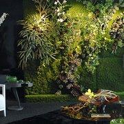 Mur végétal artificiel showroom Fendi…