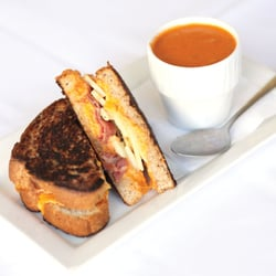 Rhett's - Grilled Pimento Cheese and Procuito with Roasted Red Pepper Soup - Southern Pines, NC, Vereinigte Staaten