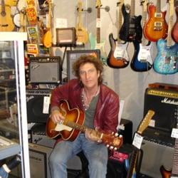 Karl Kalden beim Gitarre testen bei uns…