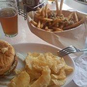 Walking Man Brewing - Stevenson, WA, États-Unis. Black bean Veggie burger and Garlic Fries. #OMGYUMMY
