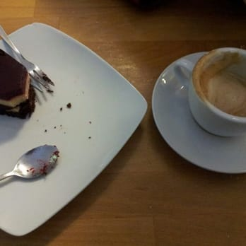 Vegan Griess-schoko torte mit kirschtopping and soy cappuccino