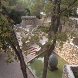 Fondation Maeght - St Paul, Alpes-Maritimes, France. Le labyrinthe de Joan Miró