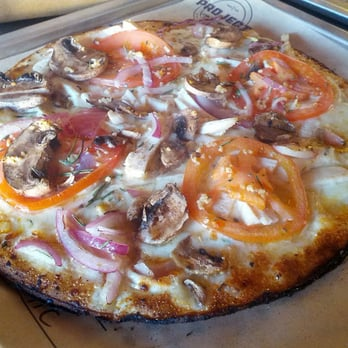 Project Pie - San Diego, CA, États-Unis. custom creation - garlic olive oil base, tomatoes, mushrooms, red onion, rosemary, mozzarella