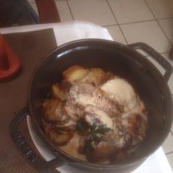 Le Brin de Zinc - Orléans, Loiret, France. Restaurant bas de gamme. Le filet mignon est trop cuit (et coupé grossièrement) et le maroilles pas assez présent. Déconseillé