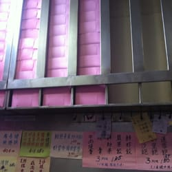 Yong Kee Rice Noodle Company - These pink boxes filled w BBQ buns are what I bring to Seattle every time I go visit my cousins - San Francisco, CA, Vereinigte Staaten