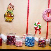"Santa's Wonderland - Irvine, CA, États-Unis. candies available for gingerbread decorating (but ""only 3 per child!"")"