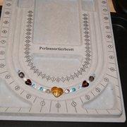 Vorsortieren im Perlensortierbrett