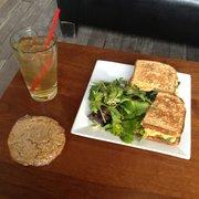 Sugar Cafe - Lunchbox special: herbivore sandwich, peanut butter cookie, salad and mango/peach green tea. - San Francisco, CA, Vereinigte Staaten