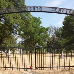 Western Heights Cemetery - Dallas, TX, États-Unis. The gate is locked, but there is a gap