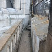 Narrow walkways as part of the 'path' to go up Sacre Coeur