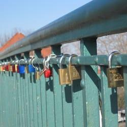 Symbole ewiger Liebe auf der Brücke zur…