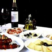 Kleine Tapas Variation mit Wein aus La…
