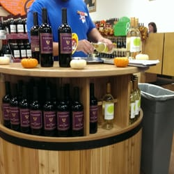 Trader Joe's - Wine tasting at the wine shop. Didn't like either wine but at least now I know - Lexington, KY, Vereinigte Staaten