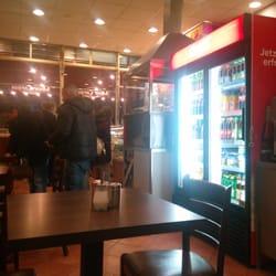 Der Getränkeautomat und dahinter der…