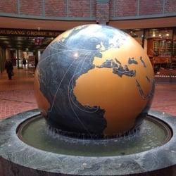 Weltkugel und Wasserspiel im…