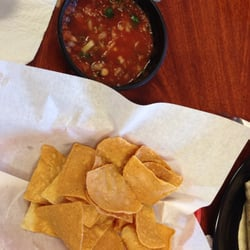 Fiesta's Mexican Grill - Chino, CA, États-Unis. Yummy chips and salsa