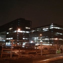 Außenbereich Bahnhof bei Nacht