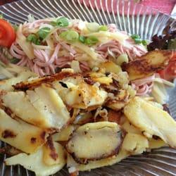 Schweizer Wurstsalat mt Bratkartoffeln