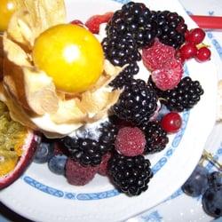 Waldbeeren, exotische Früchte und Eis