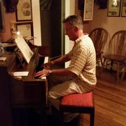 The Vineyard House - Santa Ynez, CA, États-Unis. Owner playing a song for our 35th Wedding anniversary
