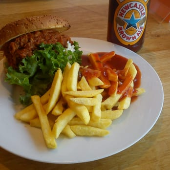 Pulled Pork Burger + Pommes + BBQ-Soße, Newcastle Brown Ale.