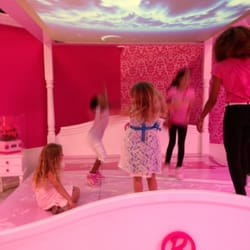 Barbie dream house experience closed 55 photos tours for Chambre poussin toys r us
