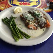 Trepanier's Backyard Grill & Bar - Salmon in basil/pesto sauce plus asparagus - Fond Du Lac, WI, Vereinigte Staaten