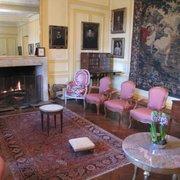 Logo na entrada do castelo, a sala de…