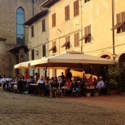 I tavoli su piazza Sant'Agostino, al…