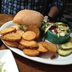 OceanBleu at Gino's Fish Market & Cafe - Crab cake sandwich. - Newport, OR, Vereinigte Staaten