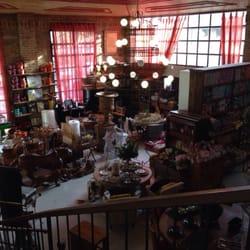 Foto tirada do segundo andar da loja de…