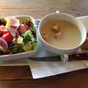 Salat und Kartoffelsuppe (Mittagstisch)