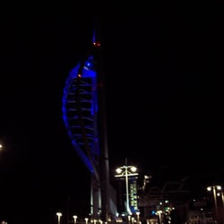 Spinnaker Tower bei Nacht