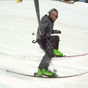 Community Skis - Michael testing a 11 meter carving ski. This ski was built the day before and is an ultra light carbon ski. - Mammoth Lakes, CA, Vereinigte Staaten