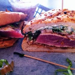 The Fish Market Maui - Lahaina, HI, États-Unis. Amazing Seared Ahi Steak Sandwich. DEEELICIOUS. We ordered it rare (barely seared).