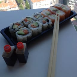 Maki de saumon cheese avocat et California roll tartare de saumon cheese avocat