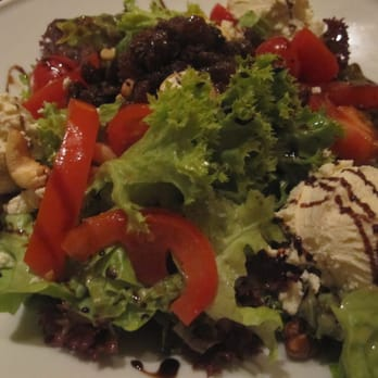 goat´s cream cheese salad with roasted nuts and raisin vinaigrette ... de.li.cious :o)))