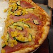 Pizza mit Schinken, Zucchini und Mais