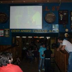 Interior del pub y pantalla gigante