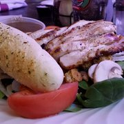 Next Door Pub - Lake Geneva, WI, États-Unis. spinach salad with grilled chicken