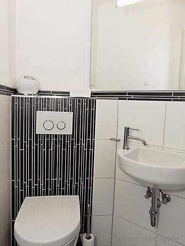 g ste wc mit streifen mosaik gestaltet yelp. Black Bedroom Furniture Sets. Home Design Ideas
