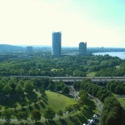 Blick von der Rheinaue zum Post-Tower