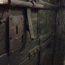 La Grosse Cloche - Bordeaux, France. La lourde porte en bois des cachots