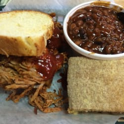 Uncle Wendell's BBQ Catering, and Bakery - pulled pork sandwhich with some baked beans and corn bread.  Hot diggity. - Des Moines, IA, Vereinigte Staaten