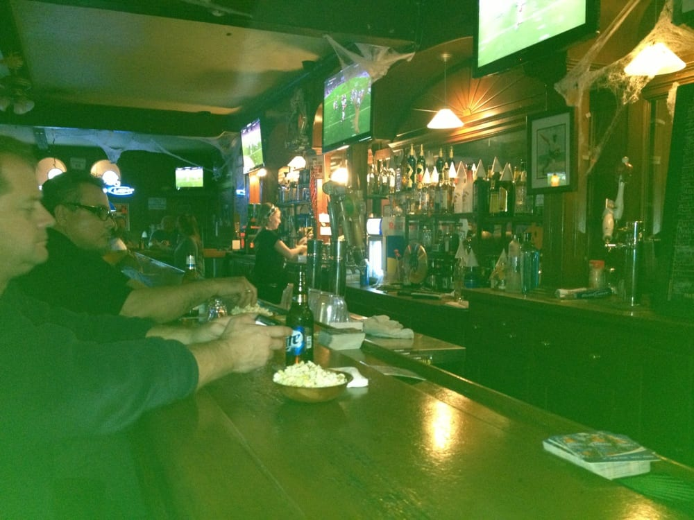 Doghouse sports lounge bar des sports san jose ca for Back bar sofa san jose