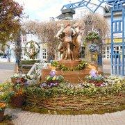 Der Kurschattenbrunnen mit Osterschmuck…