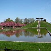 Das Wasserbassin vor dem Denkmal!
