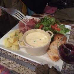 La Menthe - Lyon, France. assiette de fromage rôti, charcuterie et pommes de terre