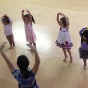 Kids 'N Dance - Oakland, CA, États-Unis. Pre ballet with teacher Christine
